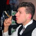 Remko S. in de weer met een sigaar. Zoals overduidelijk te zien is. Tenzij u visueel gehandicapt bent. Dan niet. U zult het moeten doen met deze beschrijving.